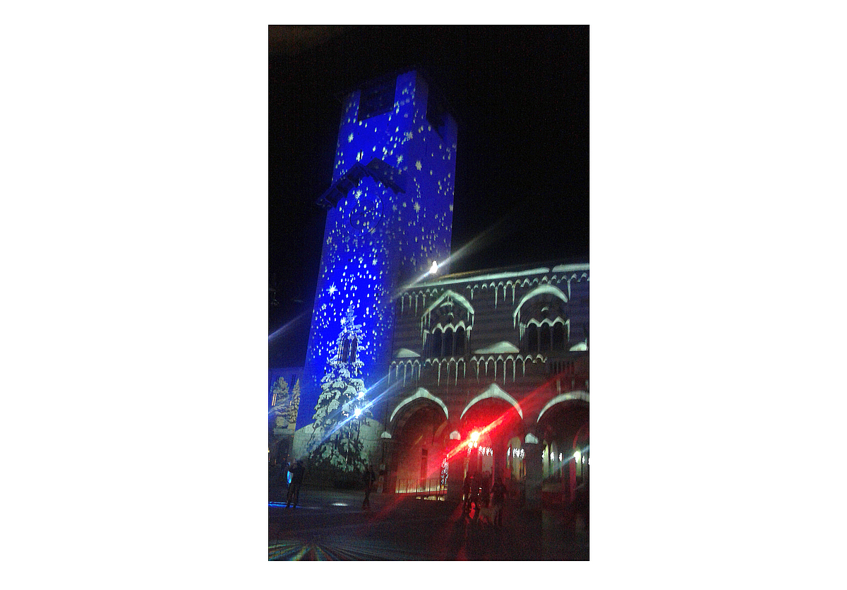 Luci di Natale 2015: palazzo del Broletto in Como e la sua torre (1215 DC)  / Christmas lights 2015: Broletto building in Como and its tower (1215 AC)